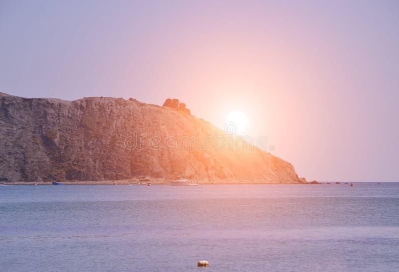 Coucher du soleil majestueux d'été au-dessus de la mer et de la montagne La Crimée, Ukraine photographie stock