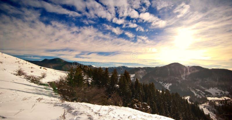 Coucher du soleil majestueux dans l'horizontal de montagnes Horizontal de coucher du soleil en montagnes carpathiennes Aube en mo photos stock