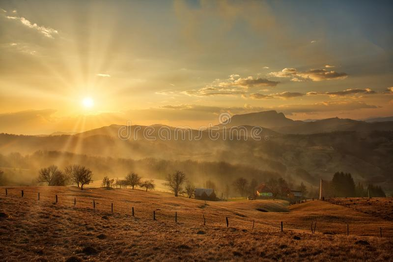 Coucher du soleil majestueux dans l'horizontal de montagnes photo libre de droits
