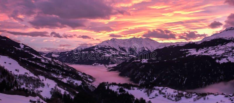 Coucher du soleil majestueux et coloré au-dessus d'un paysage de montagne d'hiver dans les Alpes image libre de droits