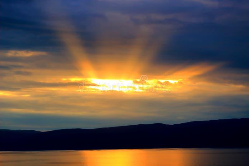 Coucher du soleil majestueux sur un lac photo libre de droits