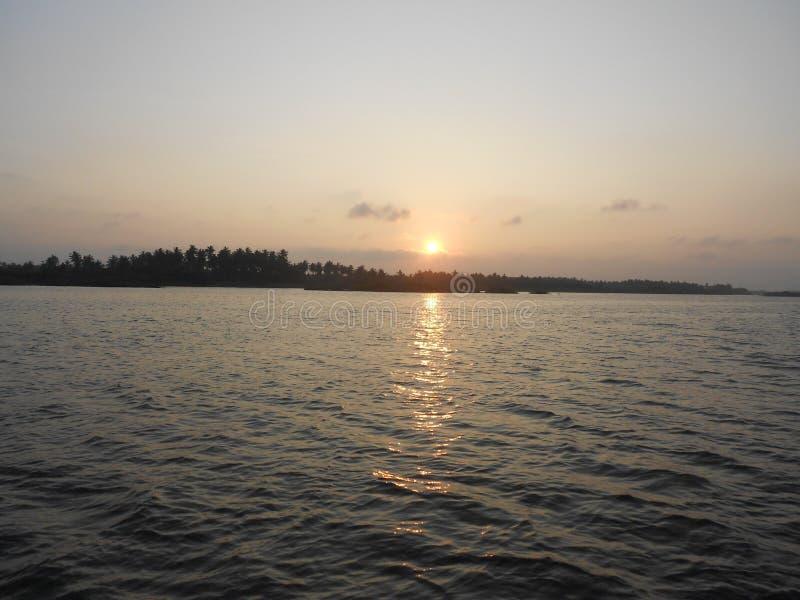 Coucher du soleil, mare dans Puducherry, une petite ville tranquille sur la côte du sud de l'Inde images stock
