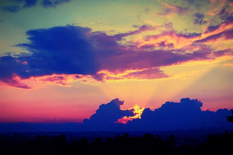 Coucher du soleil merveilleux avec les nuages bleu-foncé, égalisant image stock