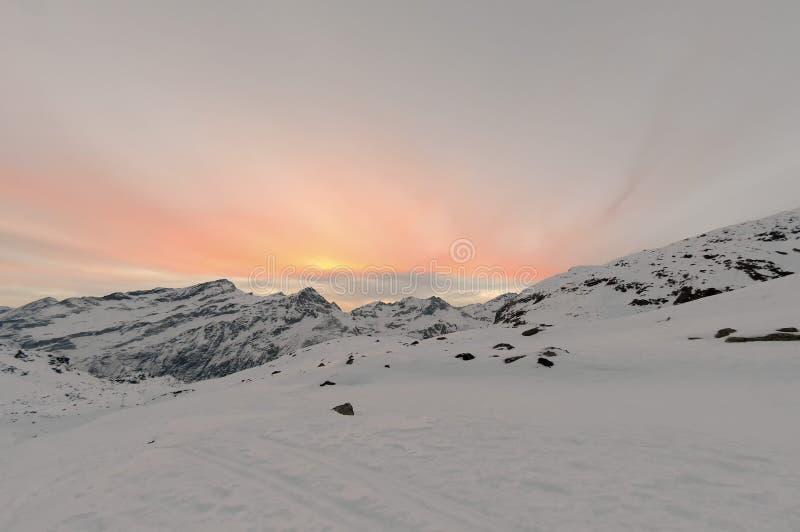 Coucher du soleil merveilleux de neige d'hiver de haute montagne photos libres de droits
