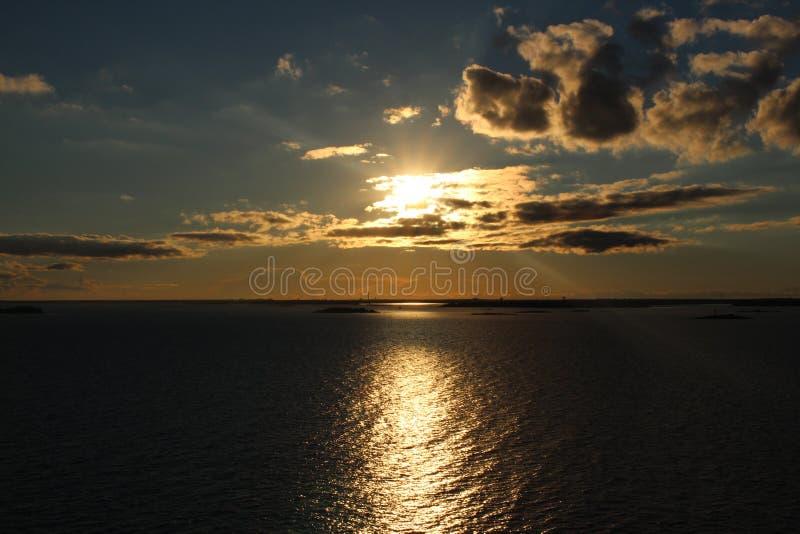 Coucher du soleil merveilleux sur la mer baltique photo libre de droits