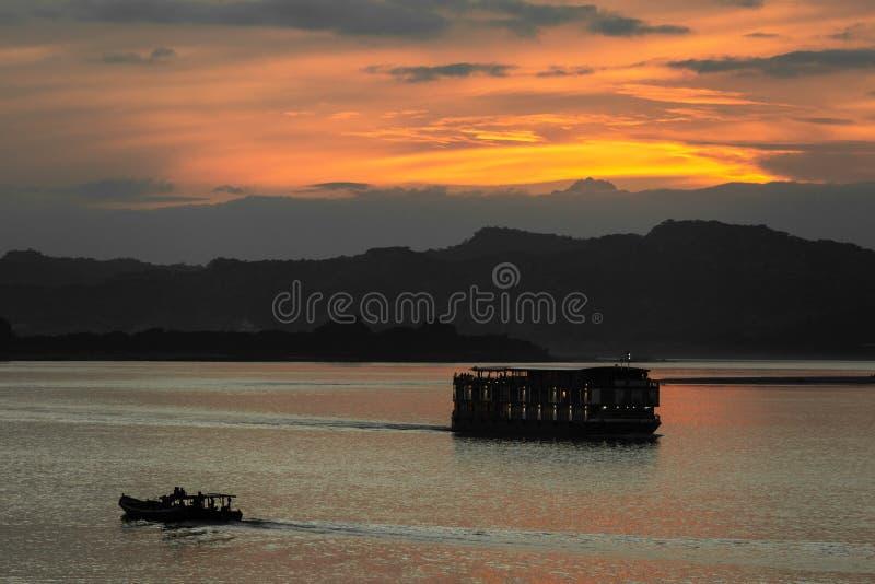 Coucher du soleil Myanmar de rivière d'Ayarwaddy image stock