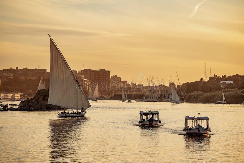 Coucher du soleil du Nil de rivière à Louxor Thebes Egypte photographie stock libre de droits