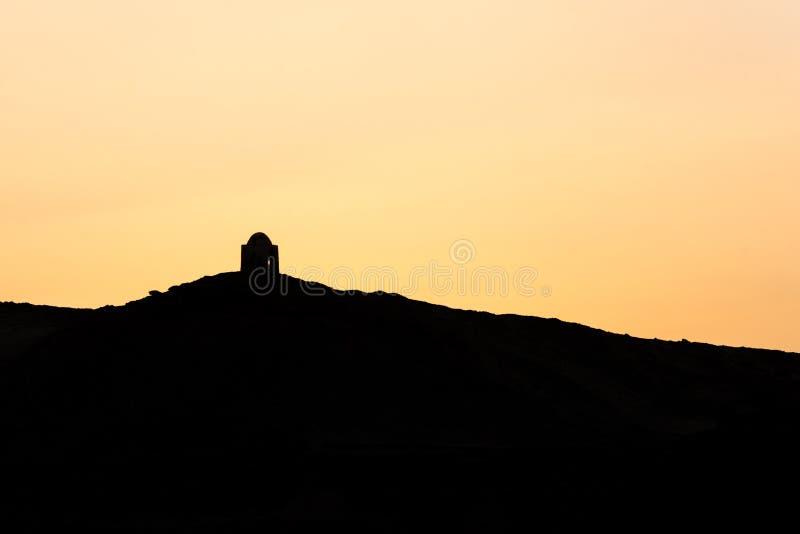 """Coucher du soleil Nile Aswan et Cisjordanie avec le vieil EL-Hawa de Qubbet de royaume de tombes - """"dôme des vents à la crête de  photos stock"""