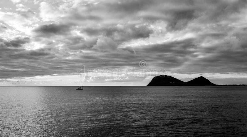 Coucher du soleil noir et blanc en Dominique photos libres de droits