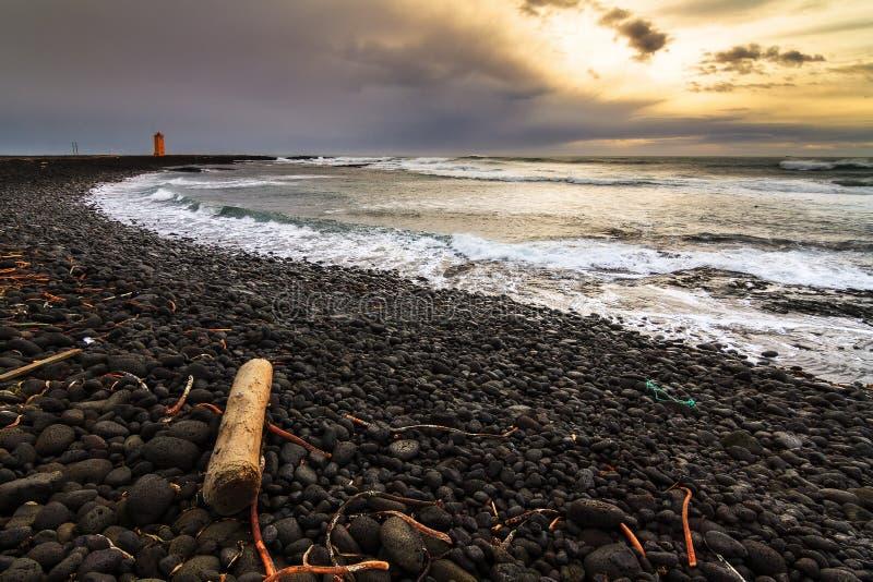 Coucher du soleil noir Islande de plage photos stock