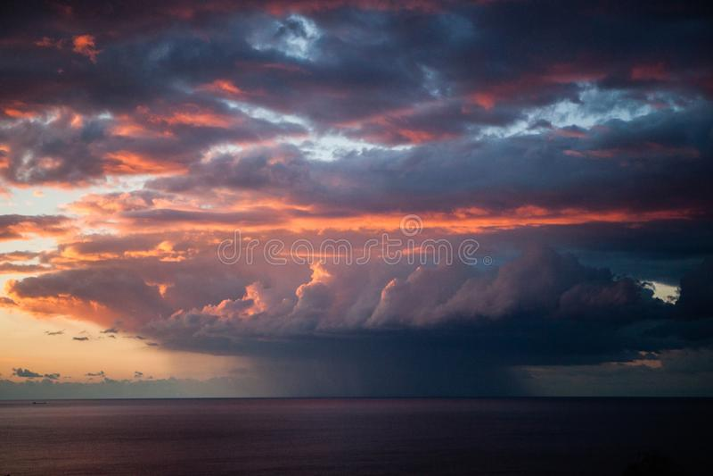 Coucher du soleil, nuages et tornade images libres de droits