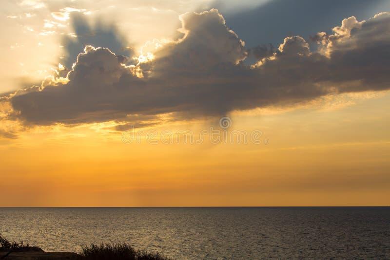 Coucher du soleil nuageux en plage d'Ashkelon, Israël photos stock
