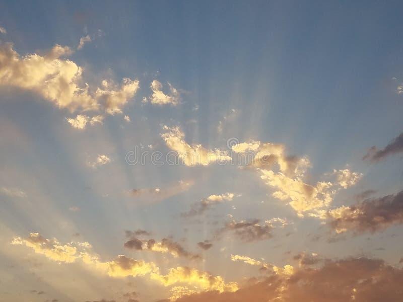 Coucher du soleil nuageux glorieux photo stock