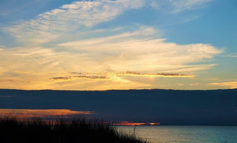 Coucher du soleil nuageux sur le lac Michigan images stock