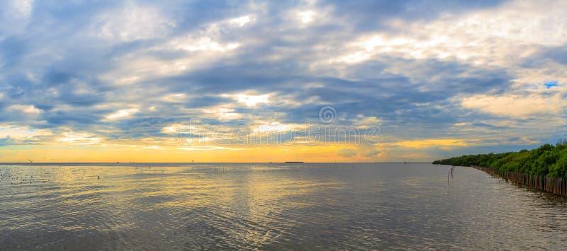 Coucher du soleil nuageux tranquille de mer de scène de panorama photos stock