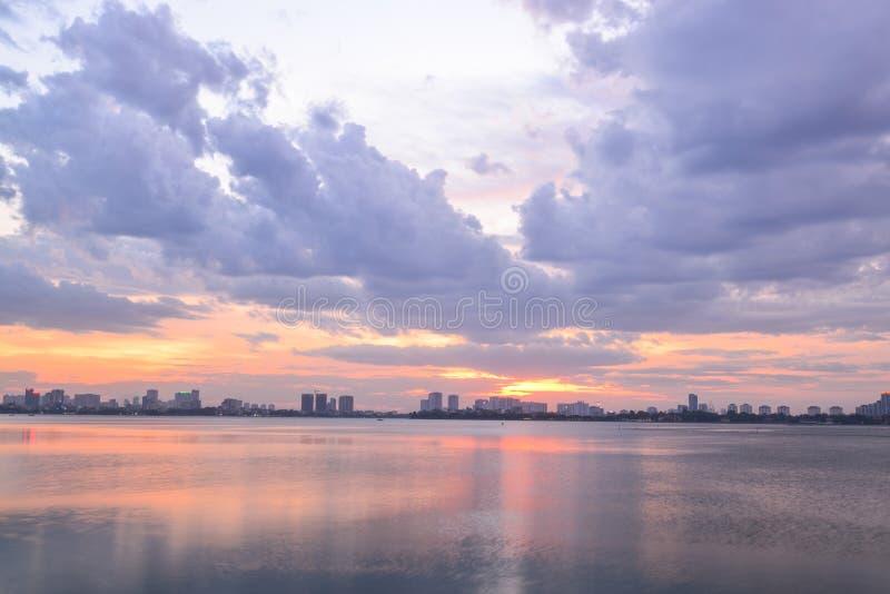 Coucher du soleil occidental de lac à Hanoï, Vietnam photographie stock libre de droits