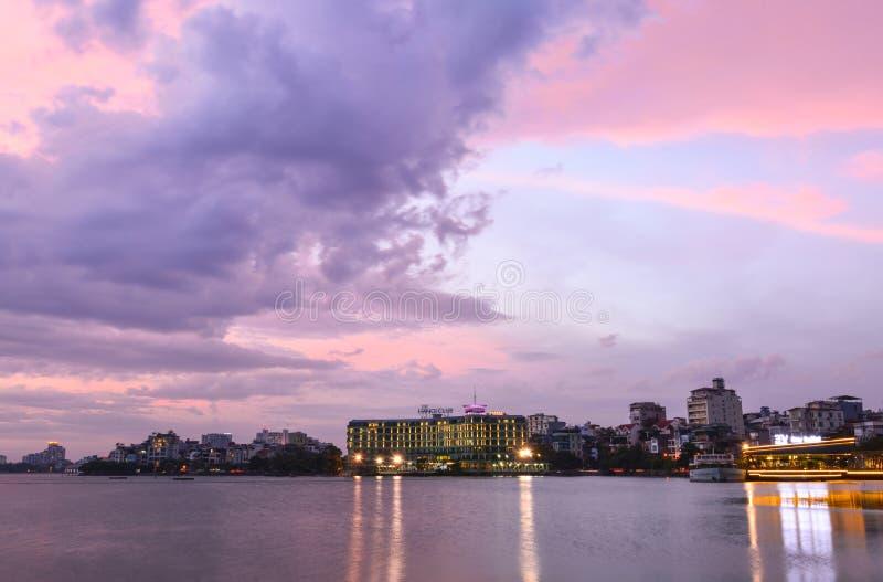 Coucher du soleil occidental de lac à Hanoï, Vietnam photographie stock