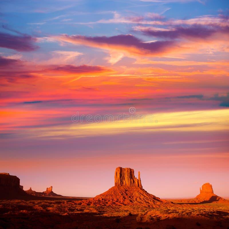Coucher du soleil occidental de mitaine et de Merrick Butte de vallée de monument photographie stock