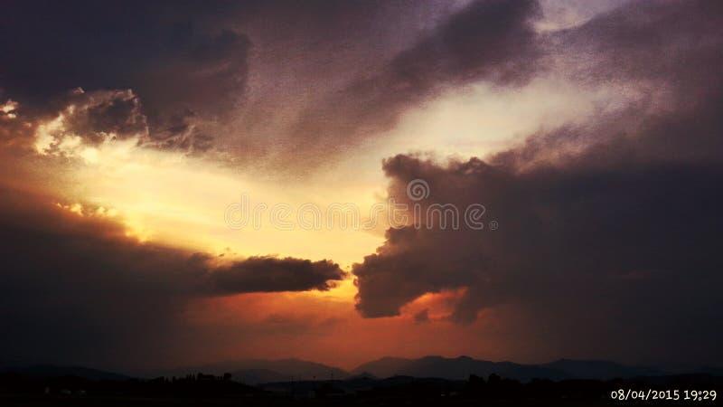 Coucher du soleil orageux d'été photos stock