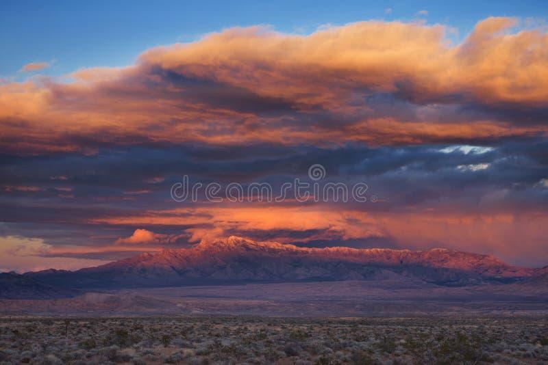 Coucher du soleil orageux de désert photographie stock