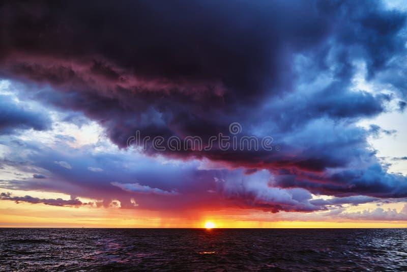 Coucher du soleil orageux fantastique sur la mer baltique image stock