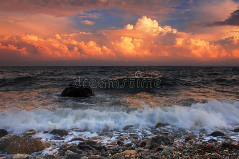 Coucher du soleil orageux sur la mer photos libres de droits