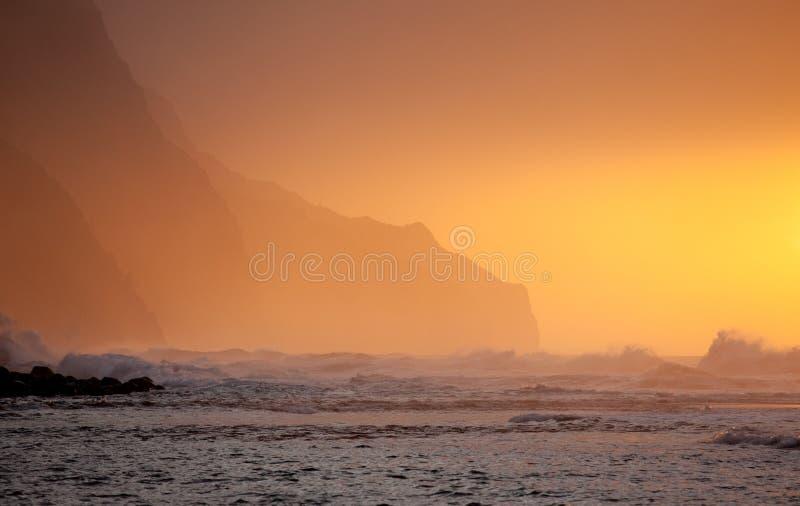Coucher du soleil orange au-dessus de Na Pali photographie stock