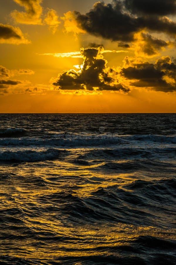 Coucher du soleil orange avec la réflexion au-dessus de l'Océan Atlantique, Miami, la Floride, Etats-Unis image libre de droits
