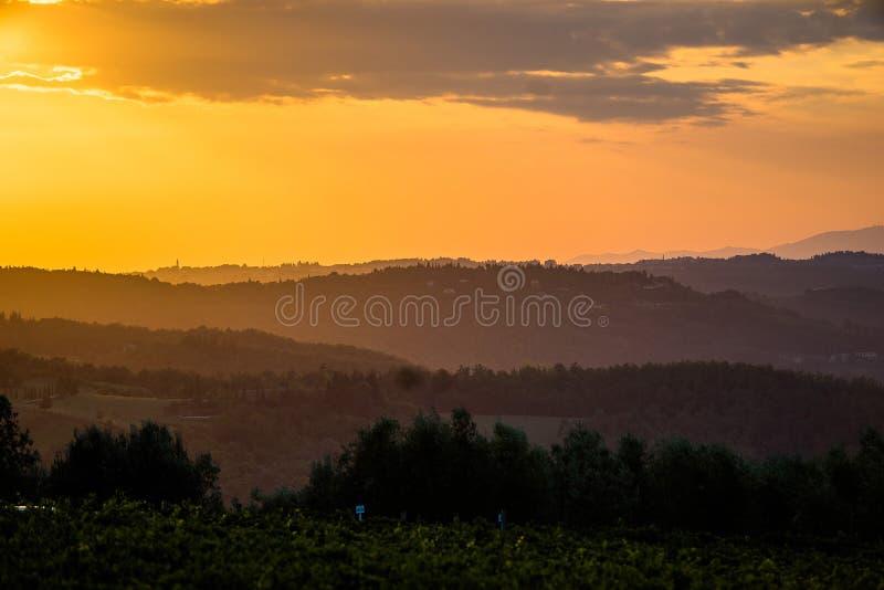 Coucher du soleil orange d'été en Toscane image stock