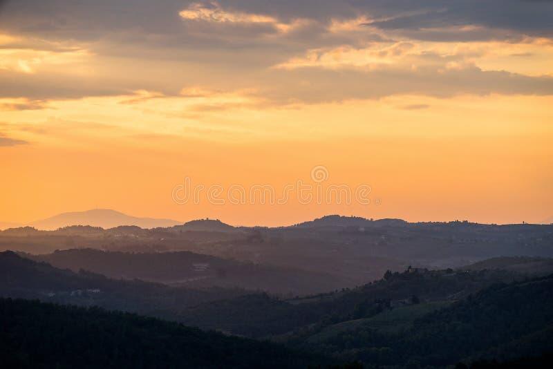 Coucher du soleil orange d'été en Toscane images libres de droits
