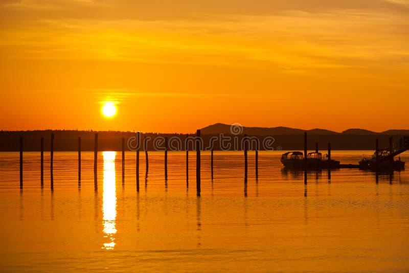 Coucher du soleil orange d'or dans Anacortes, port de bateau de WA photos stock