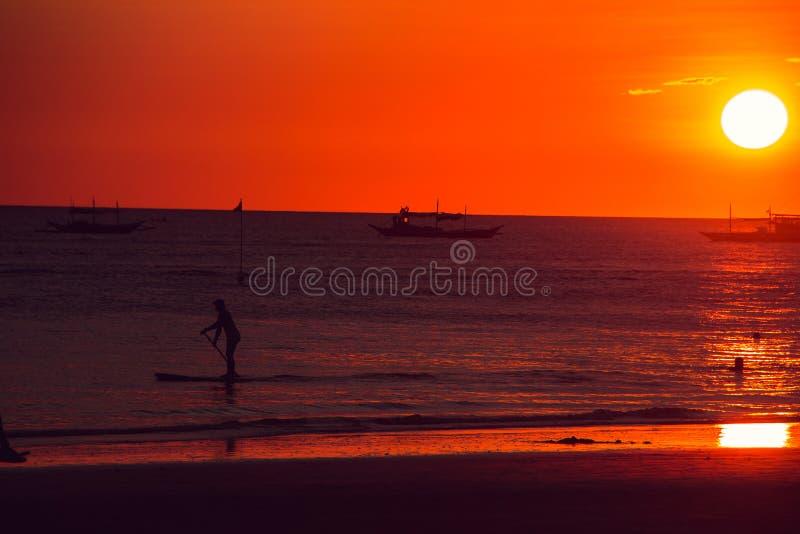 Coucher du soleil orange dramatique de mer avec des bateaux Jeunes adultes Voyage vers Philippines Vacances tropicales de luxe Îl photos stock