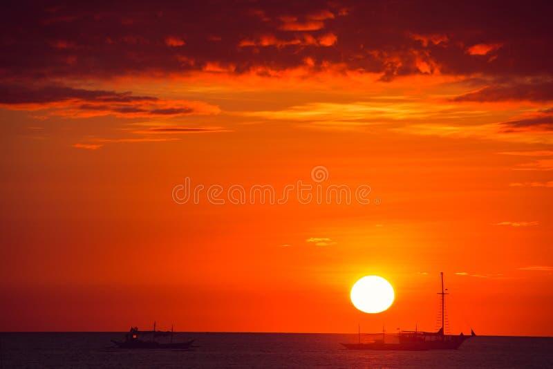 Coucher du soleil orange dramatique de mer avec des bateaux Jeunes adultes Voyage vers Philippines Vacances tropicales de luxe Îl photo stock
