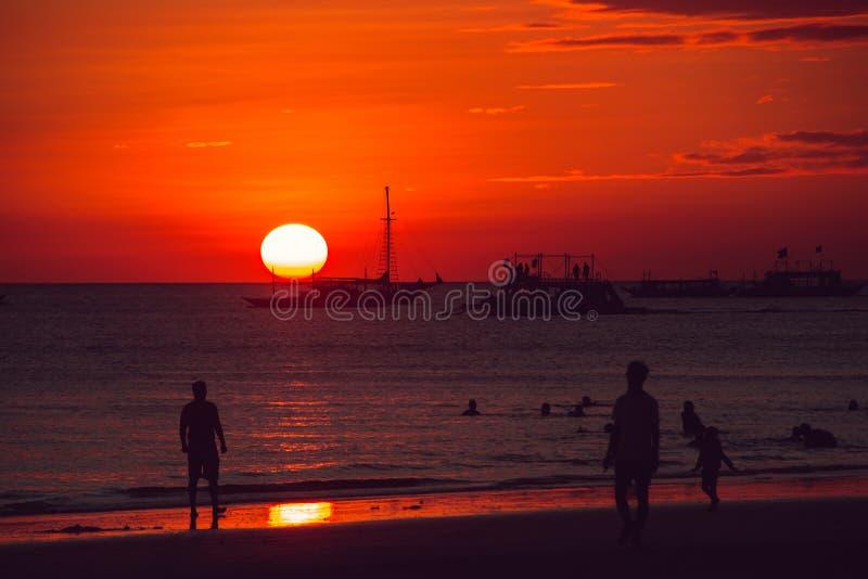 Coucher du soleil orange dramatique de mer avec le voilier Jeunes adultes Voyage vers Philippines Vacances tropicales de luxe Île photos stock