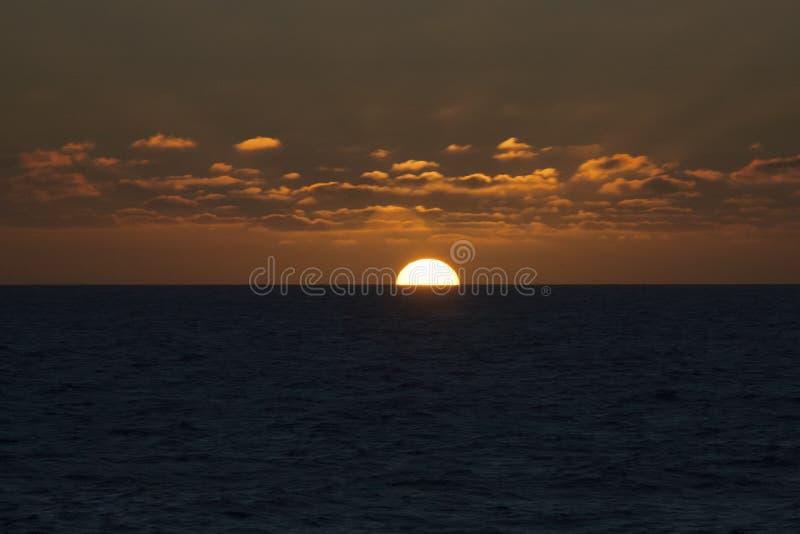 Coucher du soleil orange en mer photos libres de droits