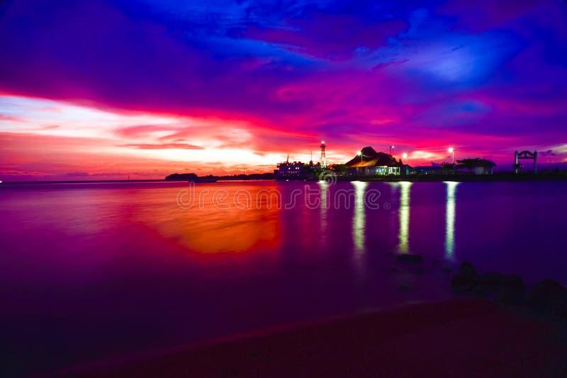 Coucher du soleil orange intense à la petite île d'isolement dans Java, Indonésie photo stock