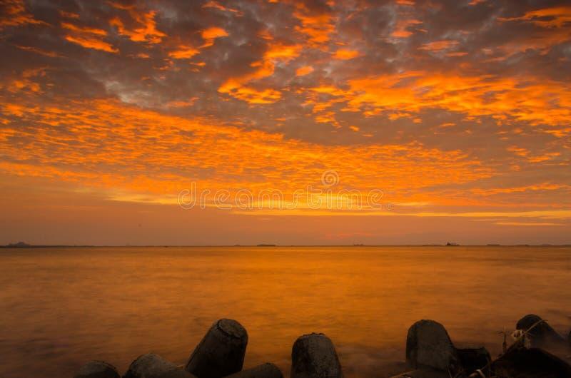 Coucher du soleil orange intense au port du centre de centre de la ville photo libre de droits