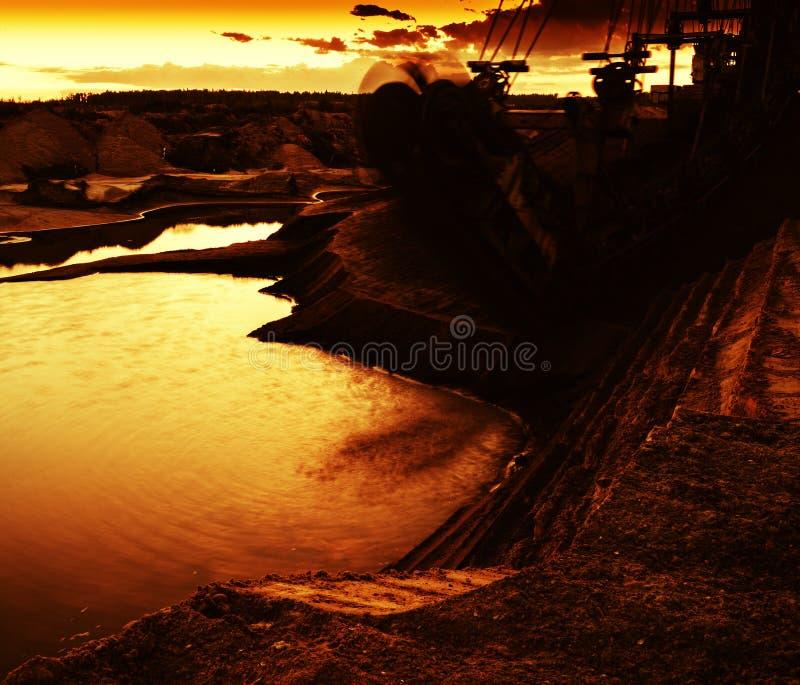 Coucher du soleil orange vif horizontal près de zone industial photographie stock libre de droits