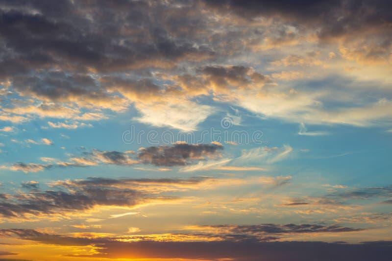 Coucher du soleil ou lever de soleil naturel avec des couleurs vibrantes Fond coloré dramatique de ciel images stock