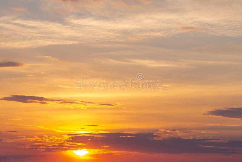 Coucher du soleil ou lever de soleil naturel avec des couleurs vibrantes Fond coloré dramatique de ciel image libre de droits