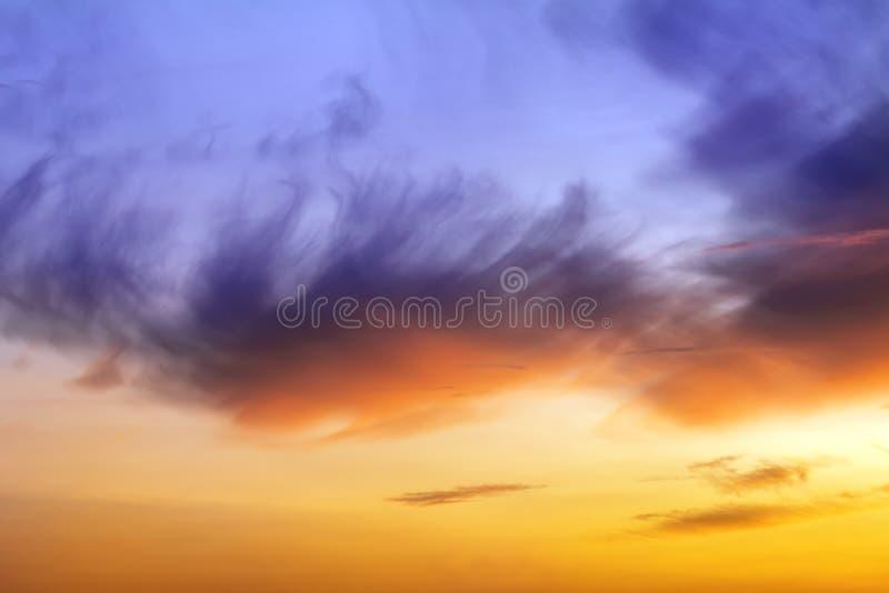Coucher du soleil ou lever de soleil naturel avec des couleurs vibrantes Fond coloré dramatique de ciel photo stock