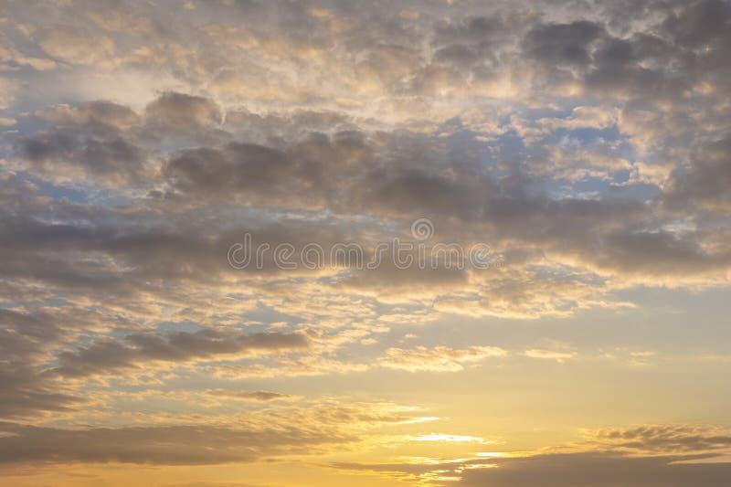 Coucher du soleil ou lever de soleil naturel avec des couleurs vibrantes Fond coloré dramatique de ciel Contraste doux photographie stock libre de droits