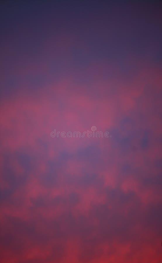 Coucher du soleil ou lever de soleil rose dramatique de ciel images stock