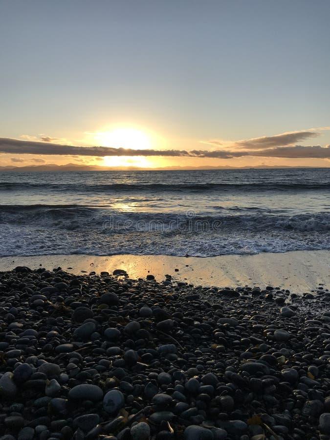 Coucher du soleil Pacifique de flambage à la plage française, AVANT JÉSUS CHRIST photographie stock