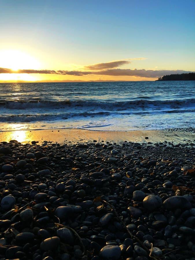 Coucher du soleil Pacifique de flambage à la plage française, AVANT JÉSUS CHRIST photographie stock libre de droits
