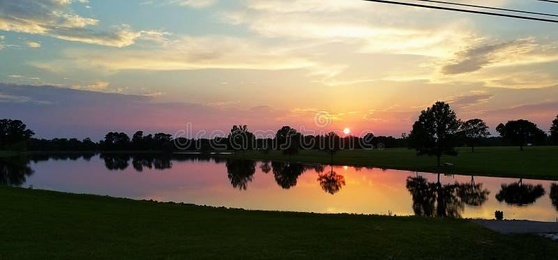Coucher du soleil par l'étang image stock