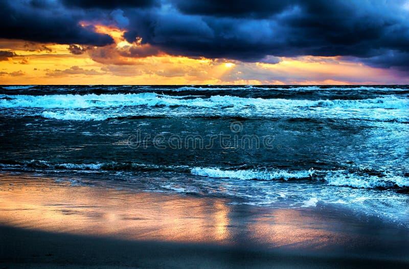 Coucher du soleil par la mer image libre de droits
