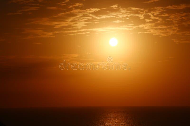 Coucher du soleil par la mer images libres de droits