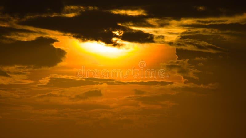 Coucher du soleil par la mer avec les nuages brûlants rouges image libre de droits