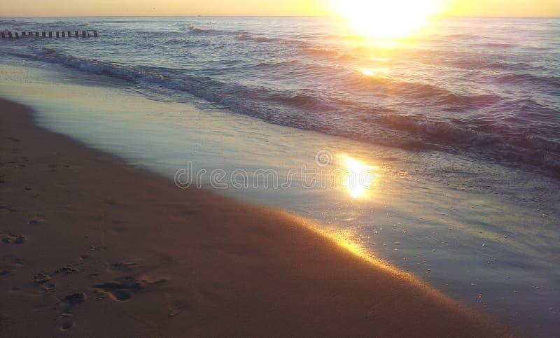 Coucher du soleil par la mer baltique photographie stock